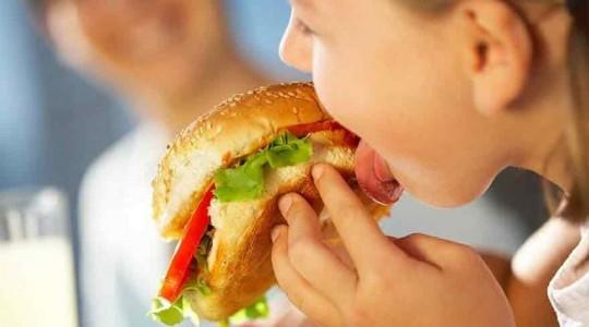 CNA: Fără minori în reclamele pentru produse alimentare